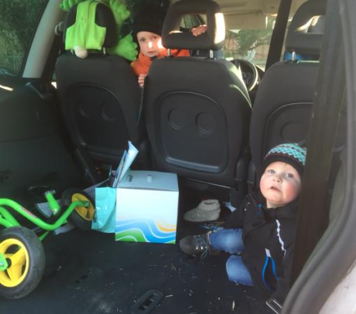 Kinder im Kofferraum